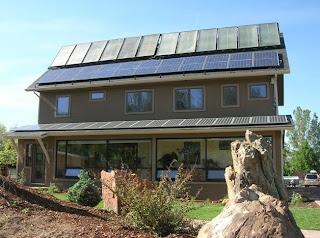Casa con paneles fotovoltaicos y para calentar agua