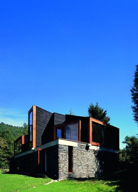 Casa construida con piedra y madera diseñada a pedido