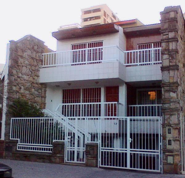 Arquitectura de casas rejas en el frente de la casa for Frente casa moderna