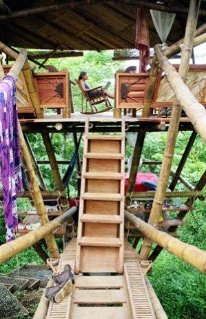 Casa de bambú en altura sobre los árboles