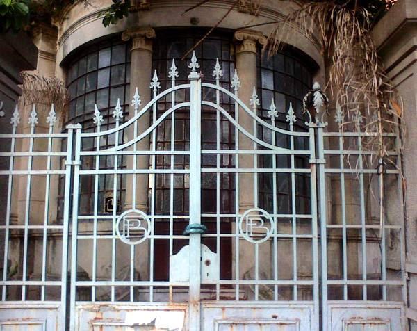 Arquitectura de casas una vieja casa con rejas de hierro - Rejas hierro forjado ...