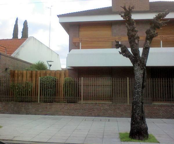 Vista de un lateral de la casa contemporánea en esquina