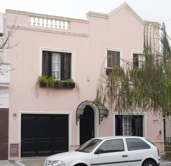 Arquitectura de casas fachada cl sica posmoderna argentina for Fachada casa clasica