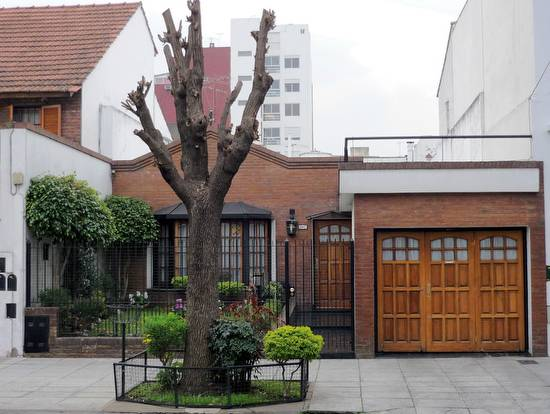 Casa de barrio urbano entre medianeras modernizada en Buenos Aires