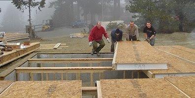 Madera aglomerada con núcleo de material aislante forma paneles para construcción de casas