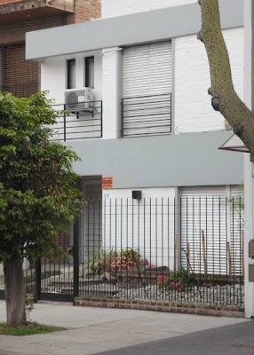 Vivienda residencial frente a la calle
