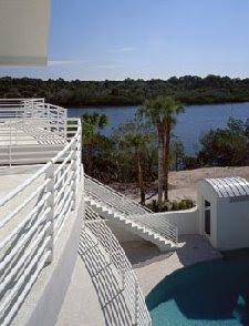 Balcones, escalera exterior y vistas a un brazo de mar