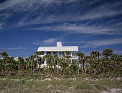 Exterior y entorno de la residencia contemporánea de La Florida