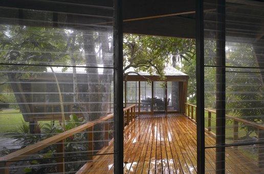 Transición hacia el exterior y comunicación entre dos construcciones tropicales