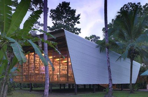 Vista nocturna de la casa Tropical