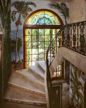 Escalera interior de la mansión
