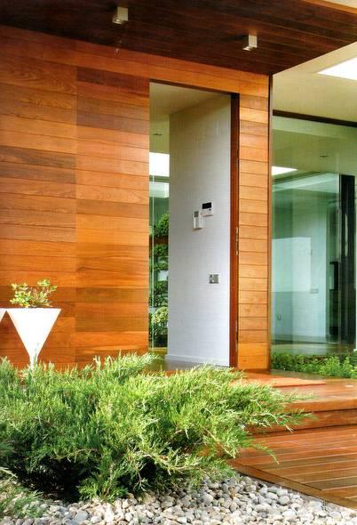 Pared exterior de una casa cubierta con madera de calidad