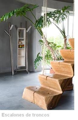 Escalera interior de troncos
