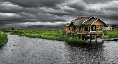 Fotografía de una casa sobre pilotes junto al agua