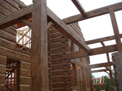 Casa en construcción con troncos simil madera