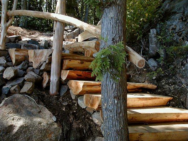Medios troncos forman una escalera exterior rústica