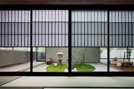 Ambiente con aberturas al jardín central