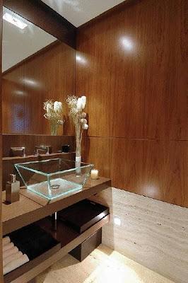 Baño con madera, piedra y vidrio
