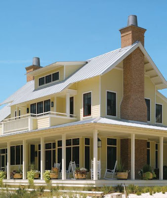 Siding de fibrocemento en fachadas de una casa americana de dos plantas