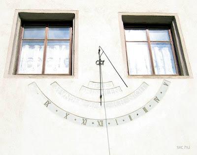 Reloj solar sobre fachada