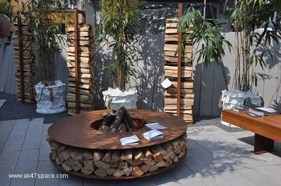 Arquitectura de casas patio con fog n de madera for Muebles de madera para patio