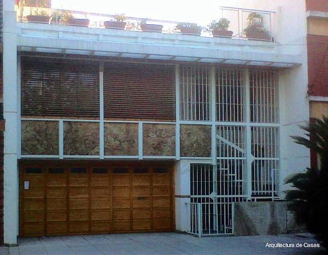 Fachada contemporánea de casa residencial urbana