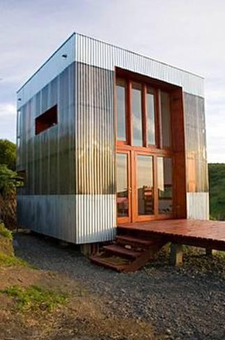 Casa de huéspedes con fardos y chapas de policarbonato en Chile