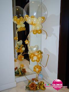 Centro de mesa para bodas hecho con globos