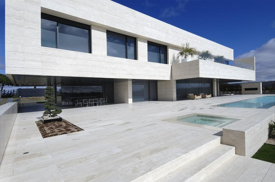 Дом с большими окнами и бассейном