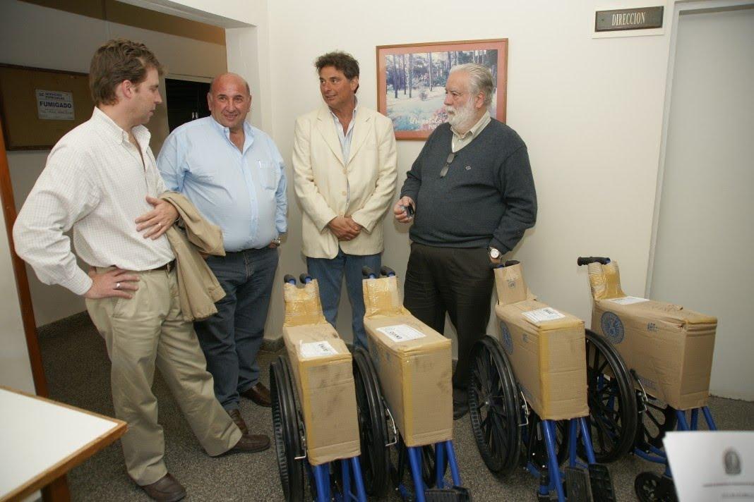 Pinamar noticias 24 hs donaron 4 sillas de ruedas al for Sillas para hospital