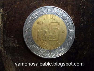"""esta foto notarás que no es una moneda """"normal"""" de cinco pesos"""
