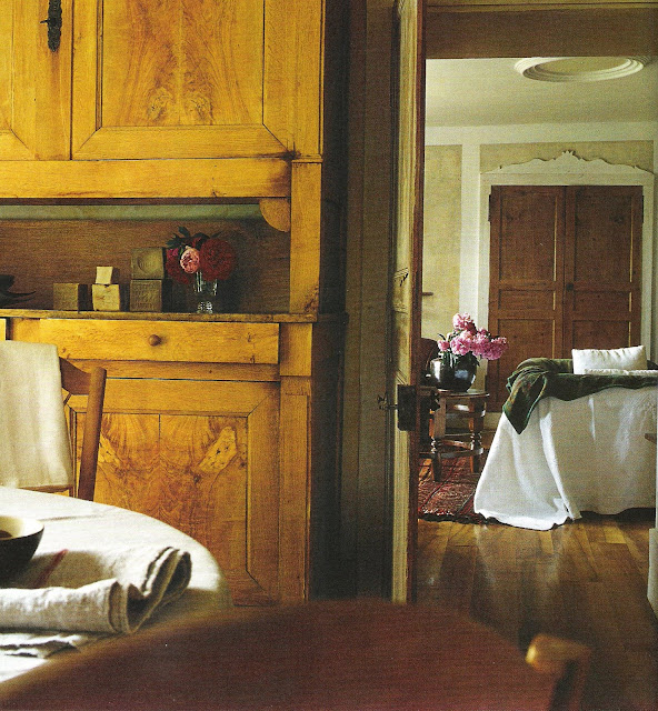 image via Maisons Côté Est Magazine, edited by lb for linenandlavender.net, post:  http://www.linenandlavender.net/2010/01/design-daily_6411.html