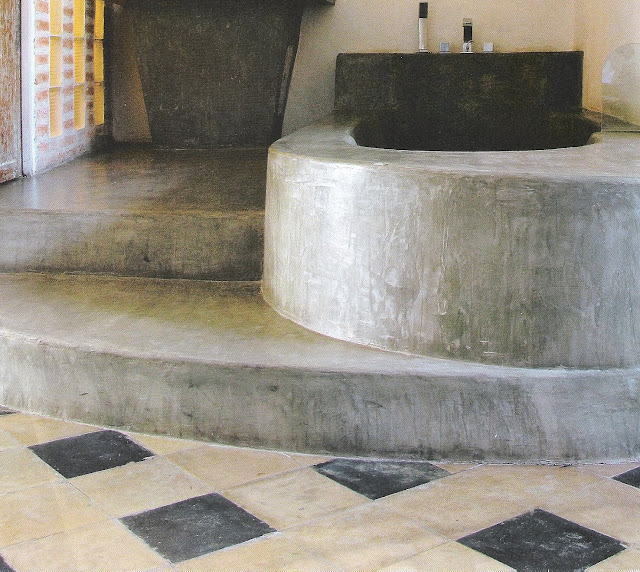 Côté Sud, Avr-Mai2008 stone tub surround and steps, checked floor edited by lb for linenandlavender.net
