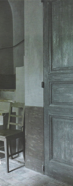 Time-worn gray paint finishes, image via Maisons Côté  Sud Fev-Mar 2005, edited by lb for linenandlavender.net - http://www.linenandlavender.net/2009/07/linen-and-lavender.html