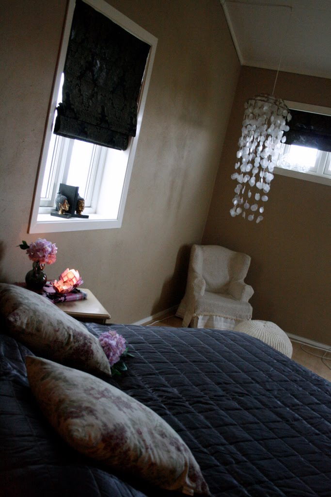 ... lilla sengeteppet, og sm? detaljer p? nattbordet i lilla gj?r susen