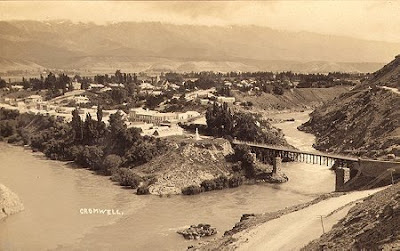 Cromwell Junction circa 1940's Postcard