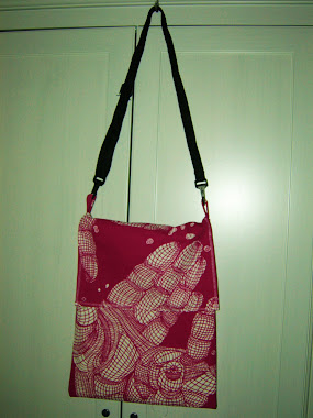 Two hands shoulder bag