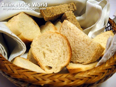 Complimentary bread basket at Je Suis Gourmand