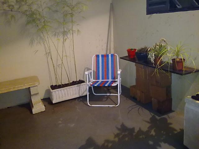 meu quintal meu jardim : meu quintal meu jardim:Adoro sentar neste cantinho. As vezes sento aí pra pensar, brincar
