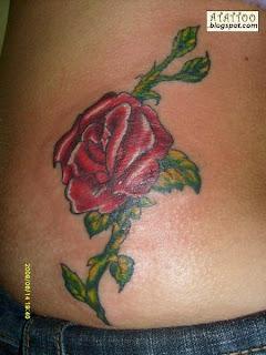 Rosa vermelha tatuada na parte baixa das costas