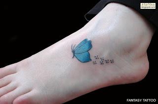 Borboleta tatuada no pé