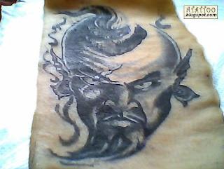 Gênio preto e cinza tatuado em pele de porco