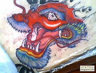 Dragão vermelho tatuado em pele de porco