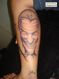Coringa tatuado na perna.