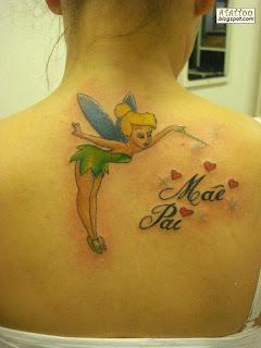 Fada Sininho tatuada nas costas com as escritas Mãe e Pai.