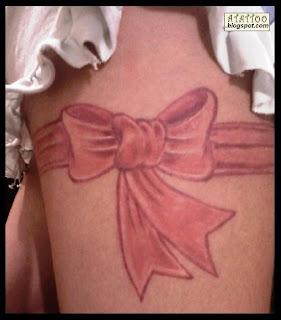 Laço tatuado na perna de Rose