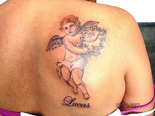 Anjo tatuado nas costas