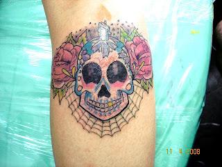 Caveira old-school tatuada na perna