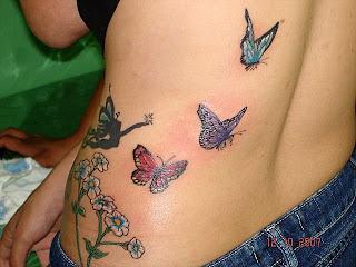 Uma fada e três borboletas tatuadas na parte lateral das costas