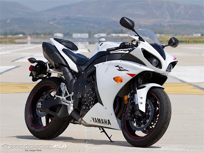 2011 Yamaha YZF-R1 Street Smackdown Photo Gallery